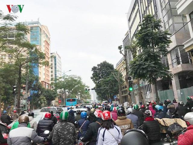 Ảnh: Đường phố Hà Nội ùn tắc trong ngày đi làm đầu tiên của năm 2019 - Ảnh 2.