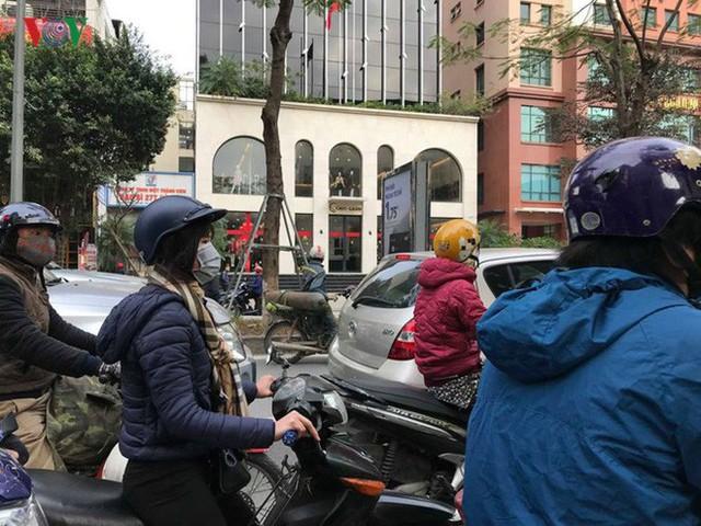 Ảnh: Đường phố Hà Nội ùn tắc trong ngày đi làm đầu tiên của năm 2019 - Ảnh 4.