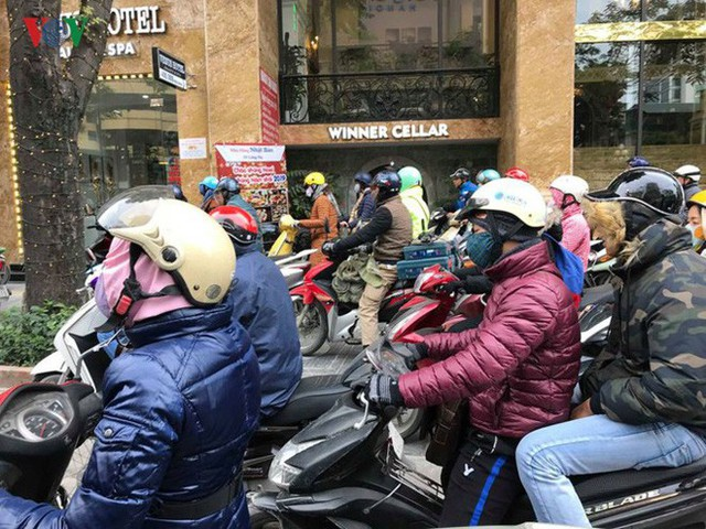 Ảnh: Đường phố Hà Nội ùn tắc trong ngày đi làm đầu tiên của năm 2019 - Ảnh 5.