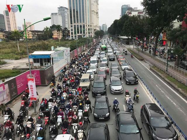 Ảnh: Đường phố Hà Nội ùn tắc trong ngày đi làm đầu tiên của năm 2019 - Ảnh 6.