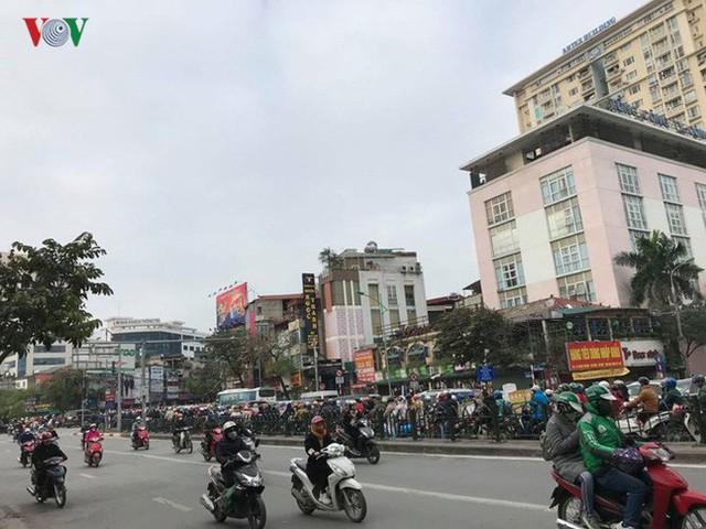 Ảnh: Đường phố Hà Nội ùn tắc trong ngày đi làm đầu tiên của năm 2019 - Ảnh 7.