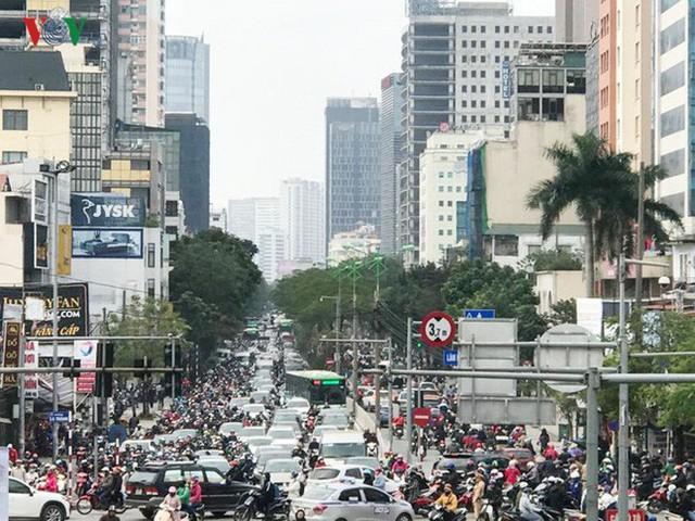 Ảnh: Đường phố Hà Nội ùn tắc trong ngày đi làm đầu tiên của năm 2019 - Ảnh 8.
