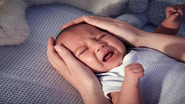 Khi trẻ ngã từ trên giường xuống đất, cha mẹ không nên đỡ trẻ lên luôn mà đây mới chính là điều cần làm - Ảnh 1.