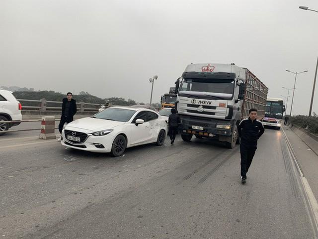 2 vụ tai nạn liên tiếp trong vòng 1 tiếng, cầu Thanh Trì ùn tắc hàng dài ngày cuối tuần - Ảnh 1.
