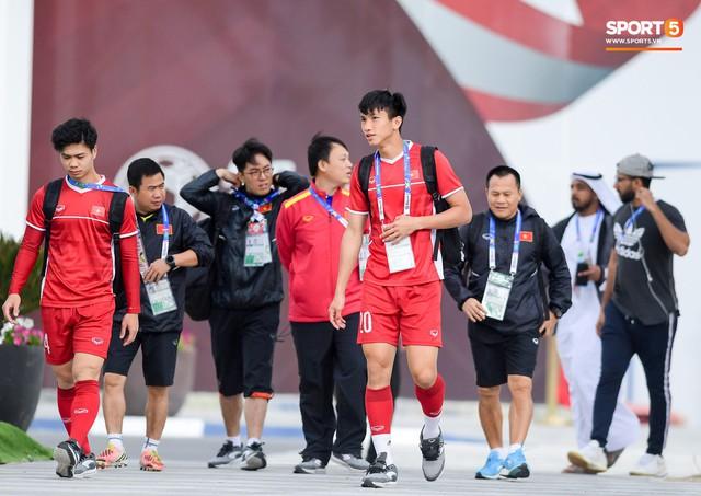 HLV Park Hang-seo ngồi 1 góc riêng suy tư, đợi học trò ra sân tập trước ngày đấu Jordan - Ảnh 5.