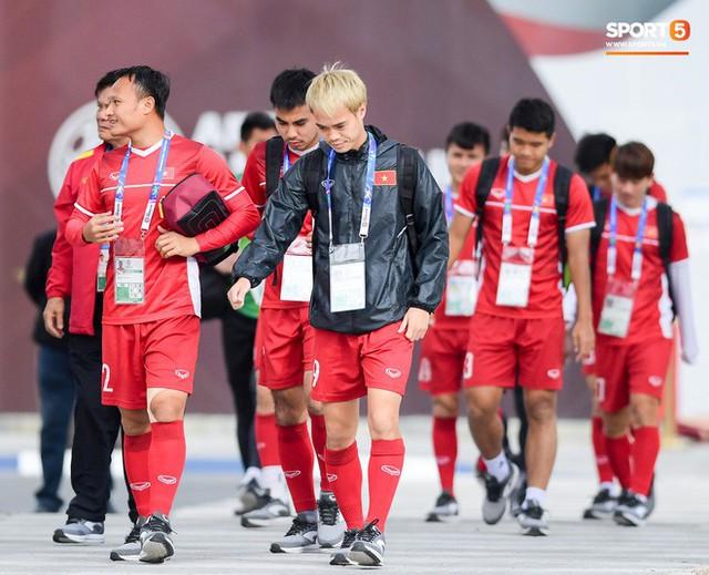HLV Park Hang-seo ngồi 1 góc riêng suy tư, đợi học trò ra sân tập trước ngày đấu Jordan - Ảnh 6.