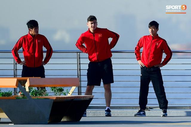 Không ngủ nướng, tuyển Việt Nam đi dạo thư giãn sáng sớm sau trận thắng Jordan - Ảnh 3.