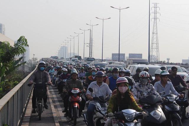 Ùn tắc kinh hoàng trên cầu Sài Gòn, hàng nghìn người chen chúc trong nắng nóng ngày cận Tết - Ảnh 1.