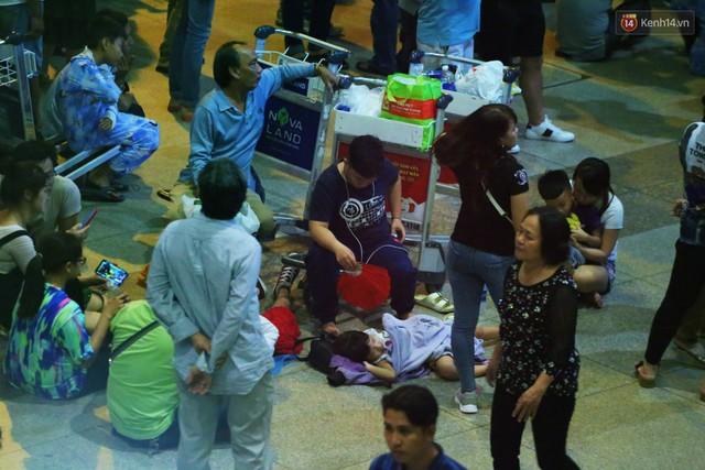 Ảnh: Hàng nghìn người ngồi vật vờ lúc nửa đêm ở sân bay Tân Sơn Nhất đón Việt kiều về quê ăn Tết Kỷ Hợi 2019 - Ảnh 18.