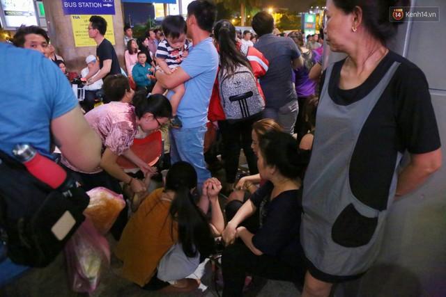 Ảnh: Hàng nghìn người ngồi vật vờ lúc nửa đêm ở sân bay Tân Sơn Nhất đón Việt kiều về quê ăn Tết Kỷ Hợi 2019 - Ảnh 20.