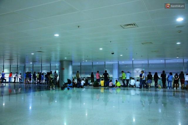 Ảnh: Hàng nghìn người ngồi vật vờ lúc nửa đêm ở sân bay Tân Sơn Nhất đón Việt kiều về quê ăn Tết Kỷ Hợi 2019 - Ảnh 4.