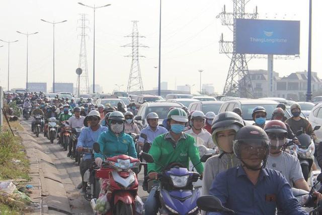 Ùn tắc kinh hoàng trên cầu Sài Gòn, hàng nghìn người chen chúc trong nắng nóng ngày cận Tết - Ảnh 3.