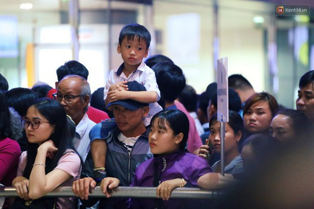 Ảnh: Hàng nghìn người ngồi vật vờ lúc nửa đêm ở sân bay Tân Sơn Nhất đón Việt kiều về quê ăn Tết Kỷ Hợi 2019 - Ảnh 24.