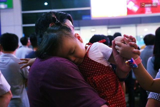 Ảnh: Hàng nghìn người ngồi vật vờ lúc nửa đêm ở sân bay Tân Sơn Nhất đón Việt kiều về quê ăn Tết Kỷ Hợi 2019 - Ảnh 25.