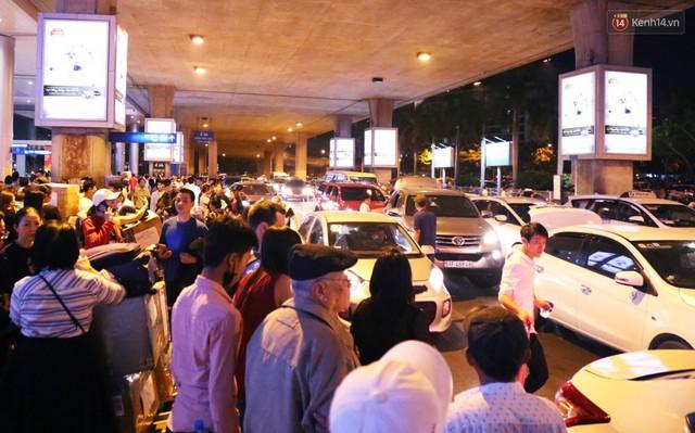 Ảnh: Hàng nghìn người ngồi vật vờ lúc nửa đêm ở sân bay Tân Sơn Nhất đón Việt kiều về quê ăn Tết Kỷ Hợi 2019 - Ảnh 28.