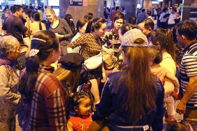 Ảnh: Hàng nghìn người ngồi vật vờ lúc nửa đêm ở sân bay Tân Sơn Nhất đón Việt kiều về quê ăn Tết Kỷ Hợi 2019 - Ảnh 11.