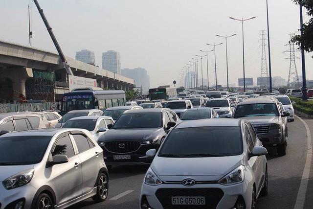 Ùn tắc kinh hoàng trên cầu Sài Gòn, hàng nghìn người chen chúc trong nắng nóng ngày cận Tết - Ảnh 10.
