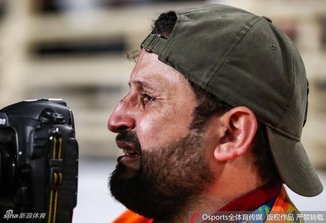 Xúc động hình ảnh phóng viên Iraq bật khóc khi đội nhà thua trận nhưng vẫn nén đau làm nhiệm vụ tại Asian Cup - Ảnh 1.