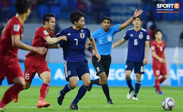 Cho trọng tài mặc áo xanh, AFC vô tình biến trọng tài trở thành cầu thủ thứ 12 của Nhật Bản? - Ảnh 2.