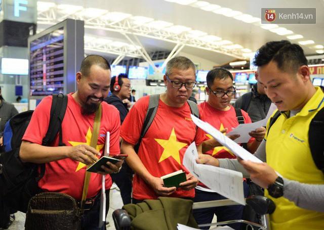 Hàng trăm CĐV từ Hà Nội - Hồ Chí Minh hội quân sang cổ vũ ĐT Việt Nam trong trận tứ kết Asian Cup 2019 - Ảnh 3.