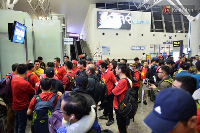 Hàng trăm CĐV từ Hà Nội - Hồ Chí Minh hội quân sang cổ vũ ĐT Việt Nam trong trận tứ kết Asian Cup 2019 - Ảnh 6.