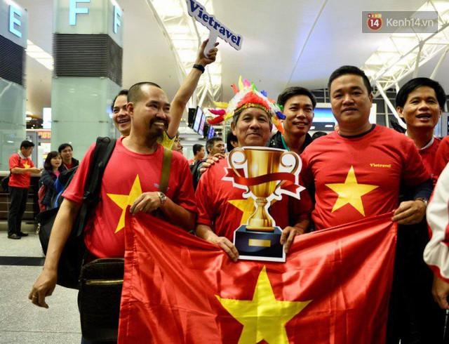 Hàng trăm CĐV từ Hà Nội - Hồ Chí Minh hội quân sang cổ vũ ĐT Việt Nam trong trận tứ kết Asian Cup 2019 - Ảnh 7.