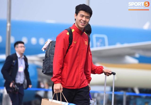 Dàn trai đẹp đội tuyển Việt Nam trở về trong vòng tay người hâm mộ và gia đình - Ảnh 2.