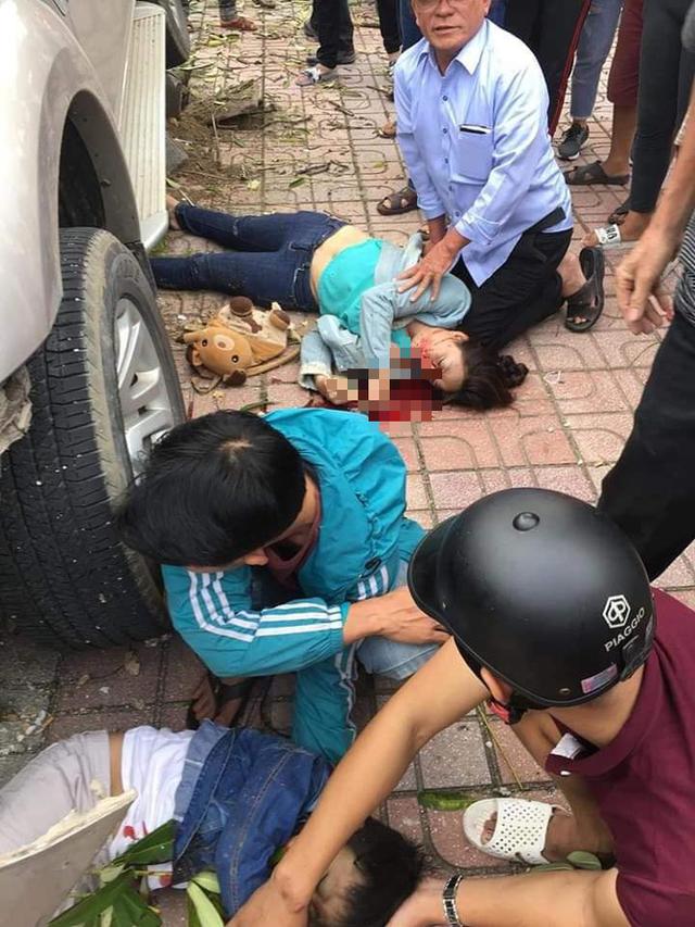 Ô tô điên lao lên vỉa tông chết bé trai 5 tuổi đứng đón xe buýt - Ảnh 1.