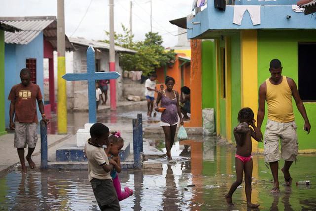 Cuộc sống đáng mơ ước nhưng đầy khổ ải tại hòn đảo chật nhất thế giới: rộng bằng 2 sân bóng đá nhưng mật độ dân siêu khủng - Ảnh 13.
