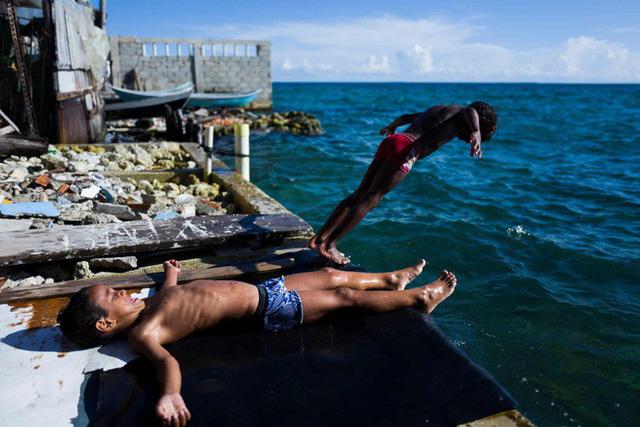 Cuộc sống đáng mơ ước nhưng đầy khổ ải tại hòn đảo chật nhất thế giới: rộng bằng 2 sân bóng đá nhưng mật độ dân siêu khủng - Ảnh 4.