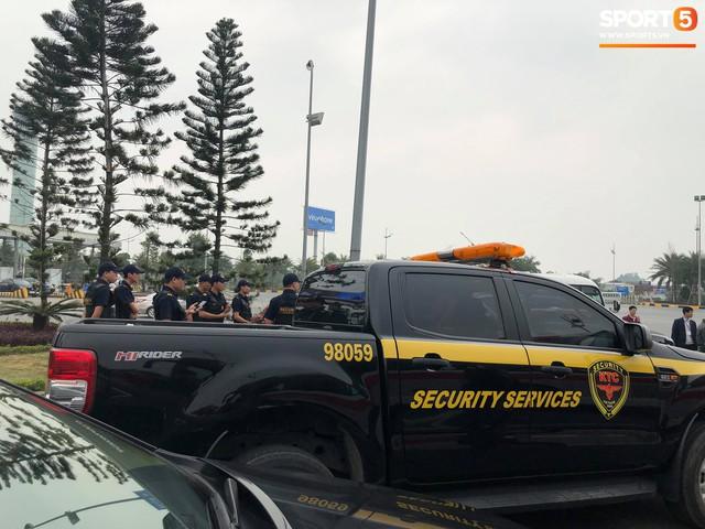 Hàng trăm người hâm mộ tập trung tại sân bay Nội Bài đón đội tuyển Việt Nam trở về - Ảnh 4.