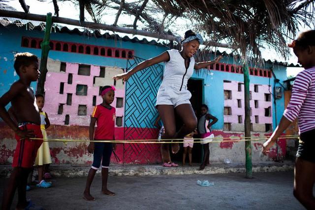 Cuộc sống đáng mơ ước nhưng đầy khổ ải tại hòn đảo chật nhất thế giới: rộng bằng 2 sân bóng đá nhưng mật độ dân siêu khủng - Ảnh 5.