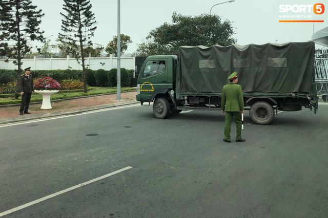 Hàng trăm người hâm mộ tập trung tại sân bay Nội Bài đón đội tuyển Việt Nam trở về - Ảnh 5.