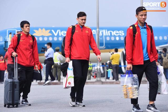 Dàn trai đẹp đội tuyển Việt Nam trở về trong vòng tay người hâm mộ và gia đình - Ảnh 5.