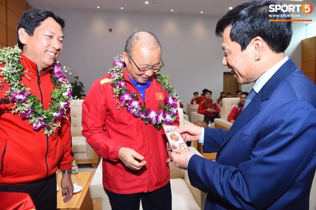 Dàn trai đẹp đội tuyển Việt Nam trở về trong vòng tay người hâm mộ và gia đình - Ảnh 6.