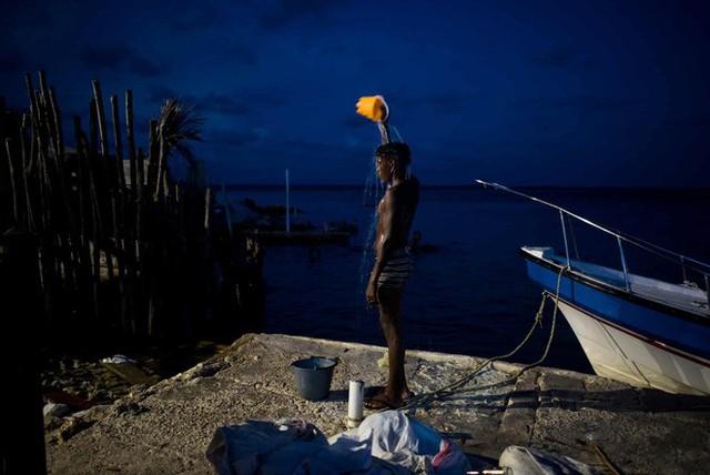 Cuộc sống đáng mơ ước nhưng đầy khổ ải tại hòn đảo chật nhất thế giới: rộng bằng 2 sân bóng đá nhưng mật độ dân siêu khủng - Ảnh 7.