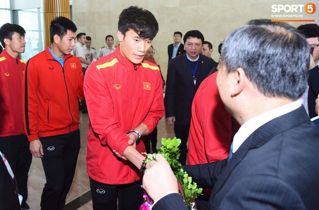 Dàn trai đẹp đội tuyển Việt Nam trở về trong vòng tay người hâm mộ và gia đình - Ảnh 7.