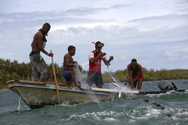 Cuộc sống đáng mơ ước nhưng đầy khổ ải tại hòn đảo chật nhất thế giới: rộng bằng 2 sân bóng đá nhưng mật độ dân siêu khủng - Ảnh 10.