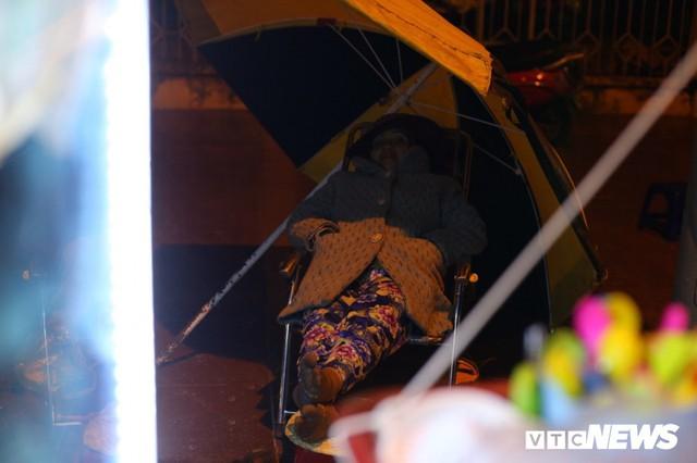 Ảnh: Tiểu thương vạ vật trắng đêm canh tài sản ở chợ hoa Tết lớn nhất TP Buôn Ma Thuột - Ảnh 7.