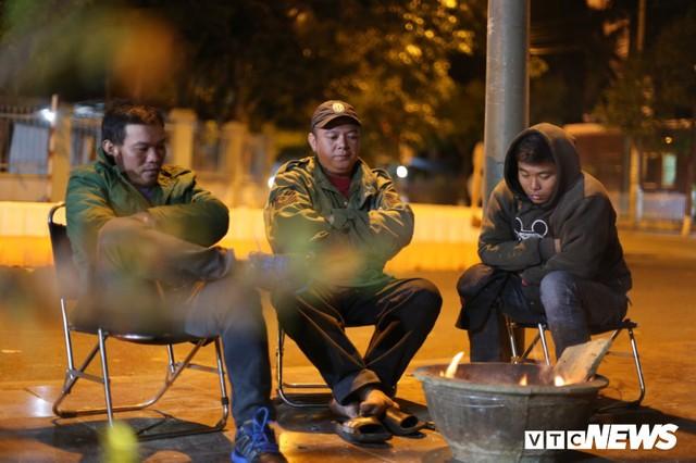 Ảnh: Tiểu thương vạ vật trắng đêm canh tài sản ở chợ hoa Tết lớn nhất TP Buôn Ma Thuột - Ảnh 8.