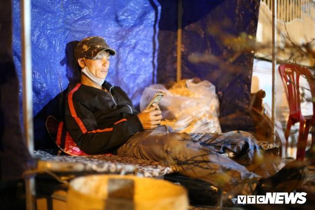 Ảnh: Tiểu thương vạ vật trắng đêm canh tài sản ở chợ hoa Tết lớn nhất TP Buôn Ma Thuột - Ảnh 9.