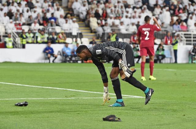 Dù tìm mọi cách để gia tăng áp lực lên đối thủ, đội tuyển nước chủ nhà UAE vẫn thua 4 bàn không gỡ, còn CĐV để lại hình ảnh vô cùng xấu xí - Ảnh 2.