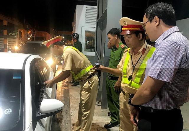 Ông Khuất Việt Hùng thị sát việc kiểm tra tài xế… xỉn ở TP.HCM - Ảnh 2.