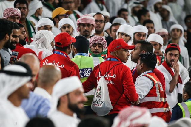 Dù tìm mọi cách để gia tăng áp lực lên đối thủ, đội tuyển nước chủ nhà UAE vẫn thua 4 bàn không gỡ, còn CĐV để lại hình ảnh vô cùng xấu xí - Ảnh 5.