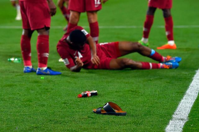 Dù tìm mọi cách để gia tăng áp lực lên đối thủ, đội tuyển nước chủ nhà UAE vẫn thua 4 bàn không gỡ, còn CĐV để lại hình ảnh vô cùng xấu xí - Ảnh 6.