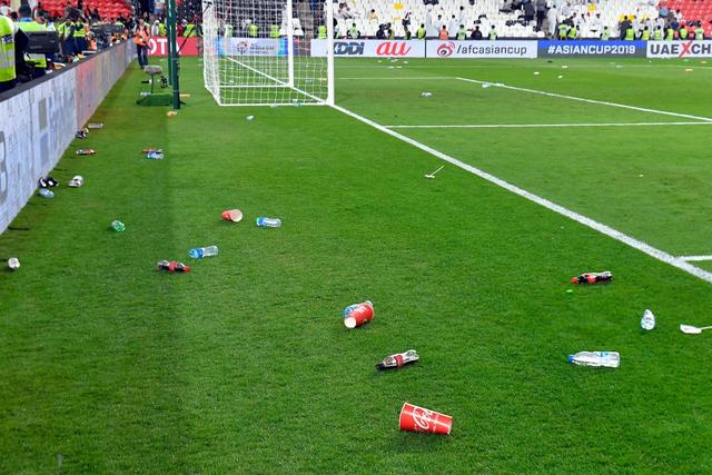 Dù tìm mọi cách để gia tăng áp lực lên đối thủ, đội tuyển nước chủ nhà UAE vẫn thua 4 bàn không gỡ, còn CĐV để lại hình ảnh vô cùng xấu xí - Ảnh 7.
