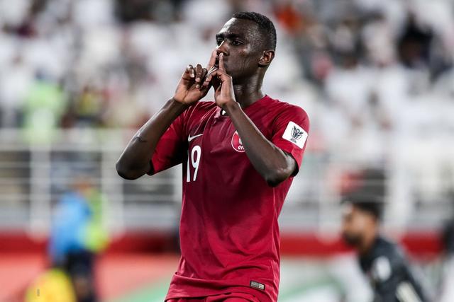 Dù tìm mọi cách để gia tăng áp lực lên đối thủ, đội tuyển nước chủ nhà UAE vẫn thua 4 bàn không gỡ, còn CĐV để lại hình ảnh vô cùng xấu xí - Ảnh 8.