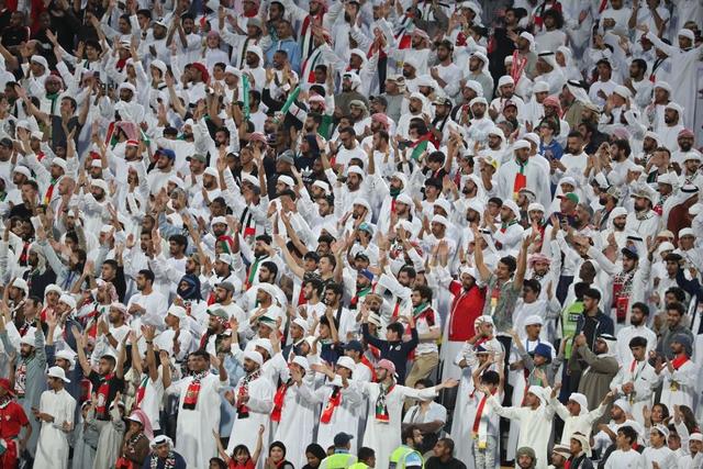 Dù tìm mọi cách để gia tăng áp lực lên đối thủ, đội tuyển nước chủ nhà UAE vẫn thua 4 bàn không gỡ, còn CĐV để lại hình ảnh vô cùng xấu xí - Ảnh 9.