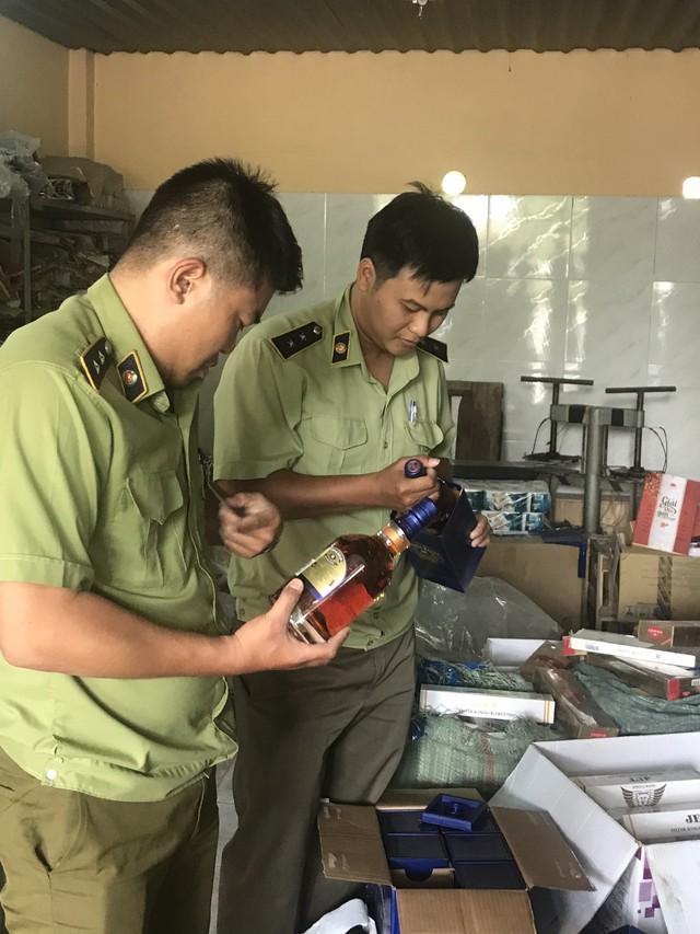 Thu giữ hơn 1500 bao thuốc lá và 90 chai Chivas 18 nhập lậu - Ảnh 1.