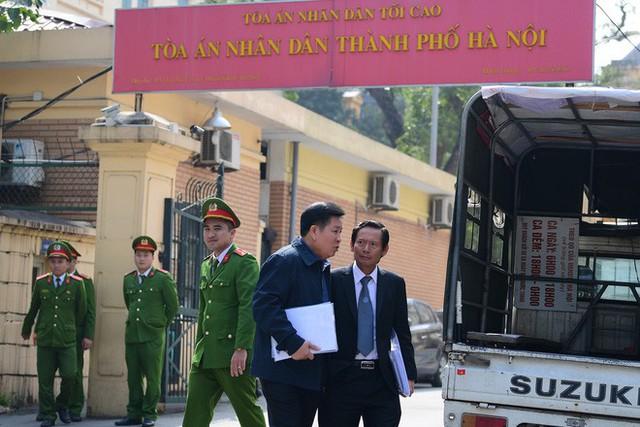 Sau khi bị tuyên hơn 30 tháng tù, 2 cựu Thứ trưởng Bộ Công an bình thản rời tòa - Ảnh 7.
